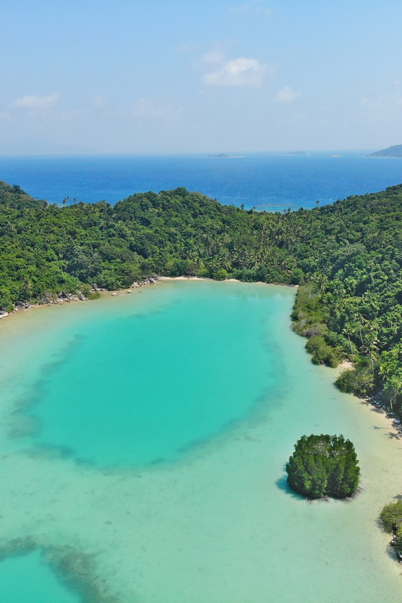 Sheltered coral-rich bay with no fewer than 3 lagoons, ideal for kayaking, SUP, snorkeling and kiting trips